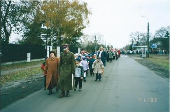 Cała społeczność szkolna z Panią dyrektor Grażyną sierakowską na czele oraz goście brała udział w przemarszu barwnym, biało–czerwonym korowodem