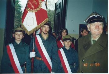 Sztandar szkoły z wyszytym znakiem 19 Pułku Ułanów Wołyńskich był uroczyście wnoszony przez poczet sztandarowy