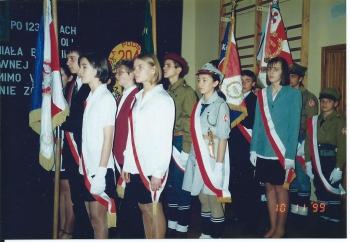 Śpiewano hymn państwowy i składano wiązanki kwiatów wspominając poległych w obronie ojczyzny żołnierzy bohaterskiego Pułku-Patrona.