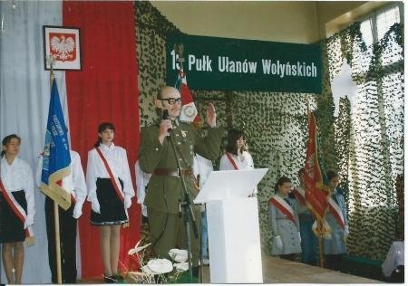 Cykl Zaprzyjaźnieni z historią -  Archiwalne nagranie z uroczystości nadania SP nr 204 imienia 19 Pułku Ułanów Wołyńskich